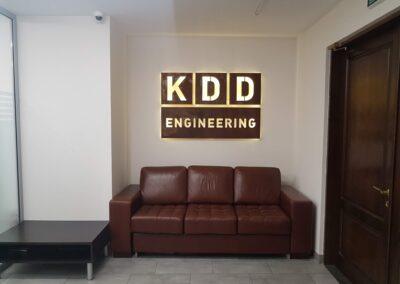 Логотип KDD из стали Cor-ten